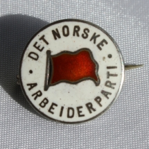 Arbeiderpartiet nålemerke med kort nål på tverrs
