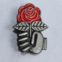 Arbeiderpartiet rose m/knyttneve Jakkenål fra slutten av 70 tallet