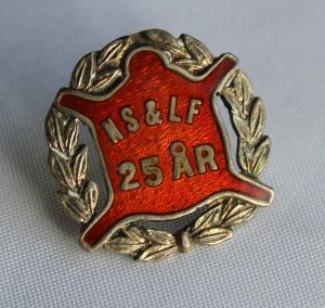 Norsk Skinn og Lærarbeiderforbund nål for 25 års medlemskap (etb 1909) gikk inn i Bekledningsarbeiderforbundet i 1973