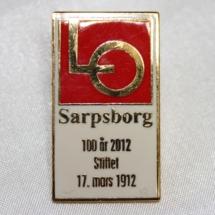 LO Sarpsborg 100 år 2012 jakke pin (Gitt av Freddy Steinholt)