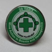 Norsk Folkehjelp pin markering av 20 års minerydding i Bosnia