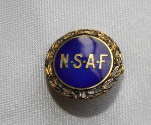 Norsk Skotøyarbeiderforbund stiftet i 1890, gikk inn i Bekledningsarbeiderforbundet i 1969. (Nålen ligger i samlingen til Ralf Stahlke)