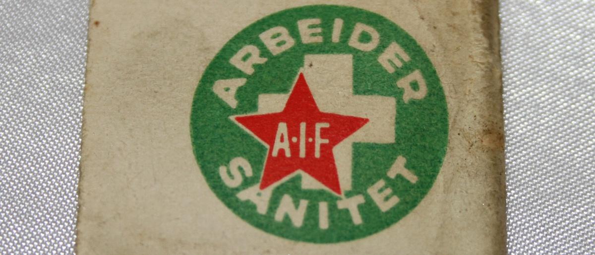 Arbeidersanitet papirmerke med nål  side 2 (1932-1939) forløper til Norsk Folkehjelp (Takk til Jens Otto Havdal for å funnet dette merket)