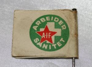 Arbeider Sanitet papirmerke med nål side 2 (1932-1939) forløper til Norsk Folkehjelp (Takk til Jens Otto Havdal for å funnet dette merket)