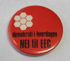 AUF/AIK button fra tidlig 70 tall (Demokrati i hverdagen ble også benyttet på 1 mai merker i 70 og 71) (Gitt av Hans Jørgen Raastad)