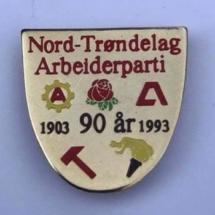 Jubileums merke 90 år fra Nord Trøndelag Arbeiderparti Merket ligger i samlingen til Jens Otto Havdal