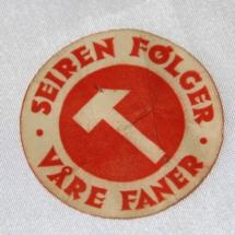 """Arbeiderparti merke i papir """" Seieren følger våre faner"""" Sannsynlig fra 30 tallet"""