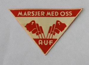 """Eldre papir merke fra AUF med teksten """"Marsjer med oss"""""""