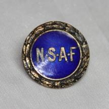 Norsk Skotøyarbeiderforbund stiftet i 1890, gikk inn i Bekledningsarbeiderforbundet i 1969. (Nålen er gitt av Ivar Leveraas)