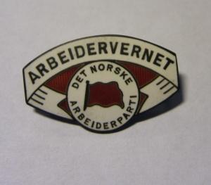 Arbeidervernet nål fra Arbeiderpartiet Arbeidervernet ble dannet i 1930 og nedlagt i 1936. Nålen ligger i samlingen til Ivar Leveraas