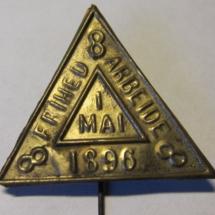1 mai merke 1896 m/nål (merket er ikke i samlingen, men ligger i samlingen til Ivar Leveraas)