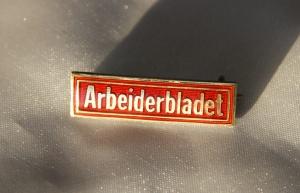 Arbeiderblad nål - Organ for det nystiftede partiet Det norske Arbeiderparti fra 1887 til 1991 Nålen er gitt av Ivar Leveraas