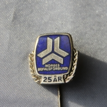 Logo nål for 25 års medlemskap i Norges befalsforbund og er forløperen til Norsk Offisersforbund