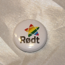 Merke fra Rødt med regnbuefarger på logoen