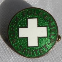 Norsk Folkehjelp Sanitet nål fra 1939 - logoen er den første som ble benyttet.