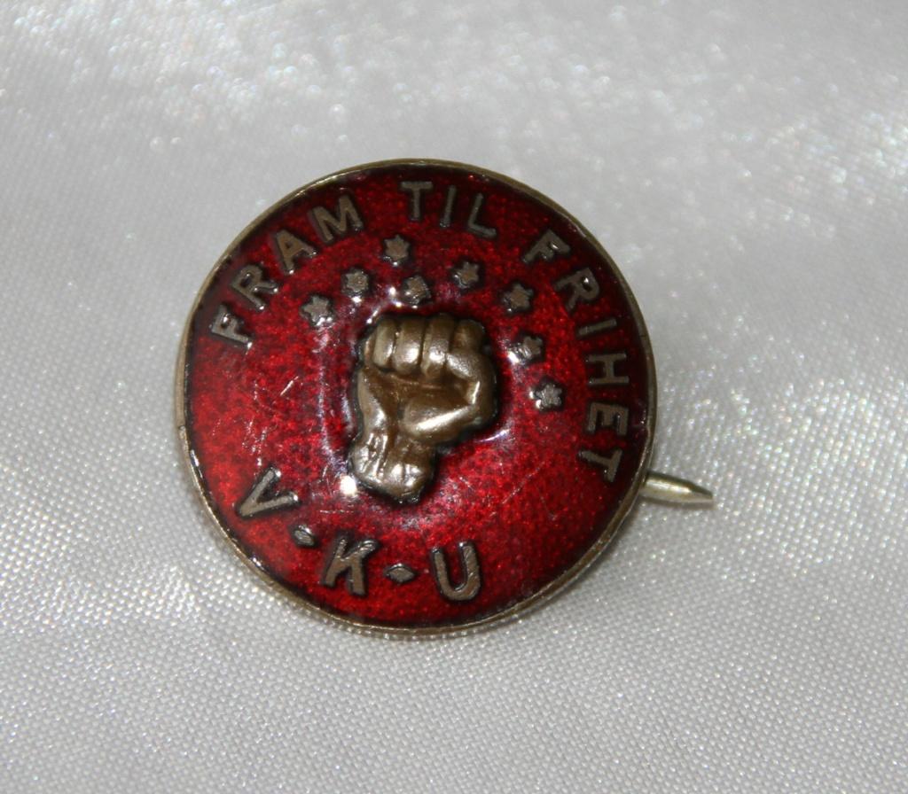 Nålemerke fra Venstrekommunistisk Ungdomsfylking (VKU) var en av forløperne til Arbeidernes Ungdomsfylking (AUF). VKU var Det norske Arbeiderpartis ungdomsorganisasjon fra 1924 til 1927.